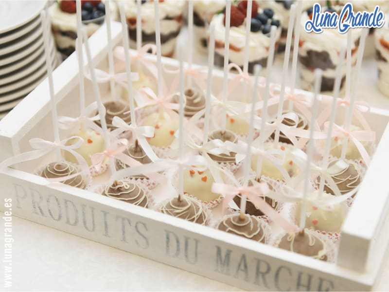 Cake pops en mesa dulces