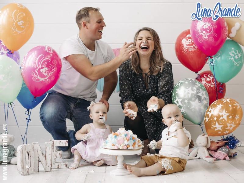 Familia celebrando el primer cumpleaños de gemelos
