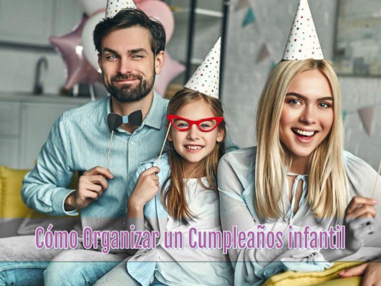 Familia unida celebrando un cumpleaños infantil