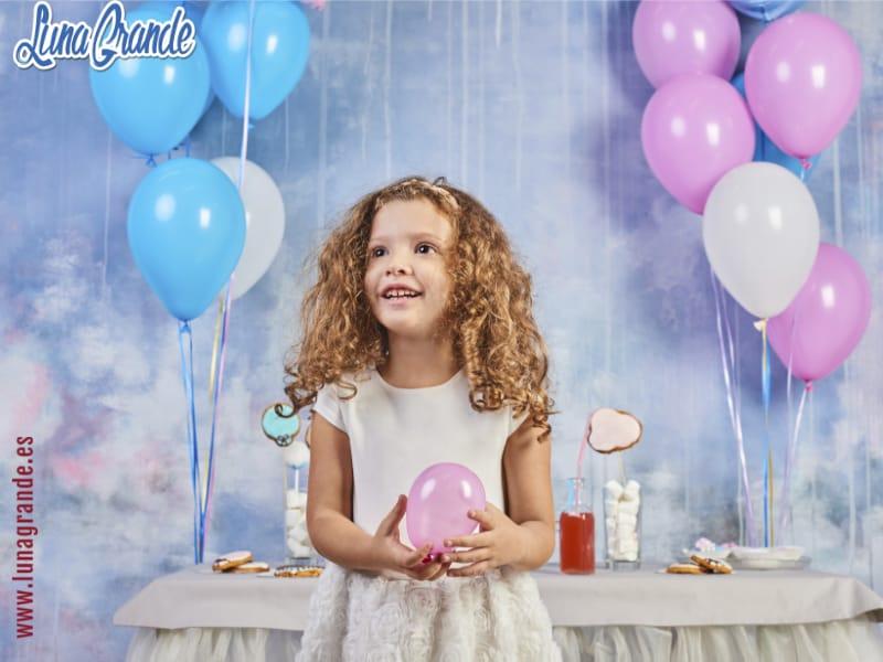 Niña con globo en fiesta de cumpleaños