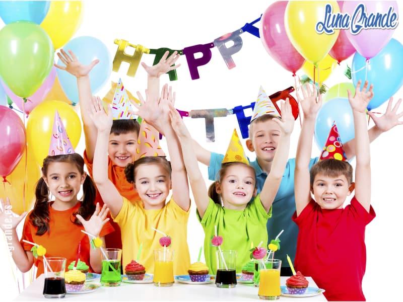 Niños celebrando un cumpleaños infantil