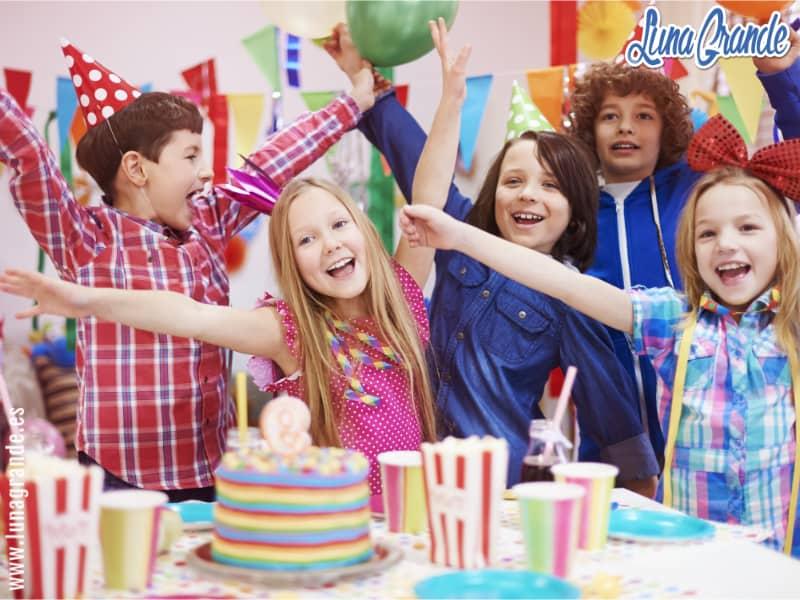 Niños felices celebrando un cumpleaños infantil