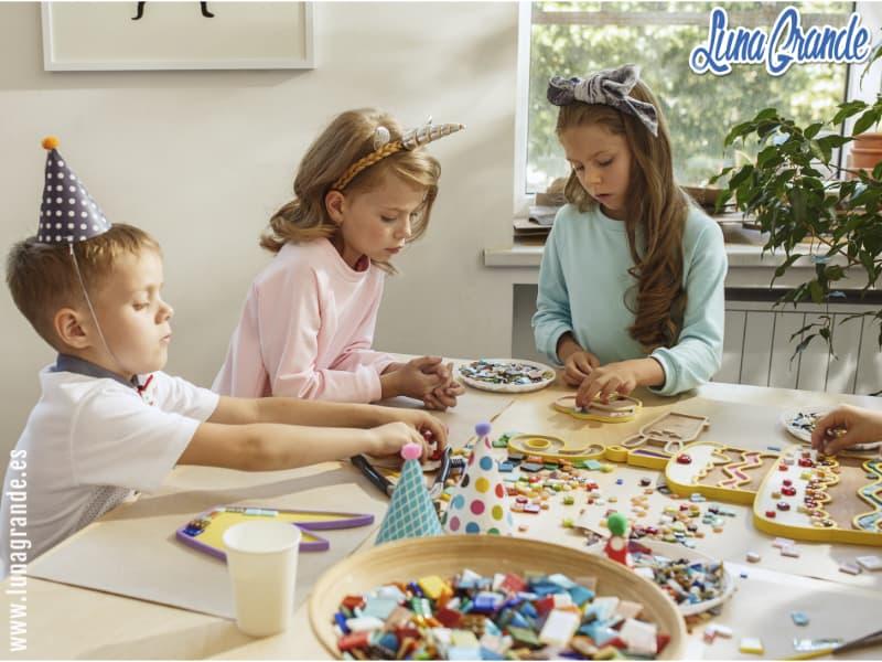 Niños haciendo actividades divertidas en cumpleaños infantil