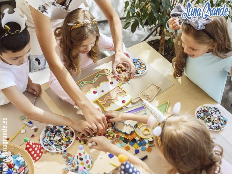 Niños juagando y haciendo actividades divertidas en cumpleaños infantil
