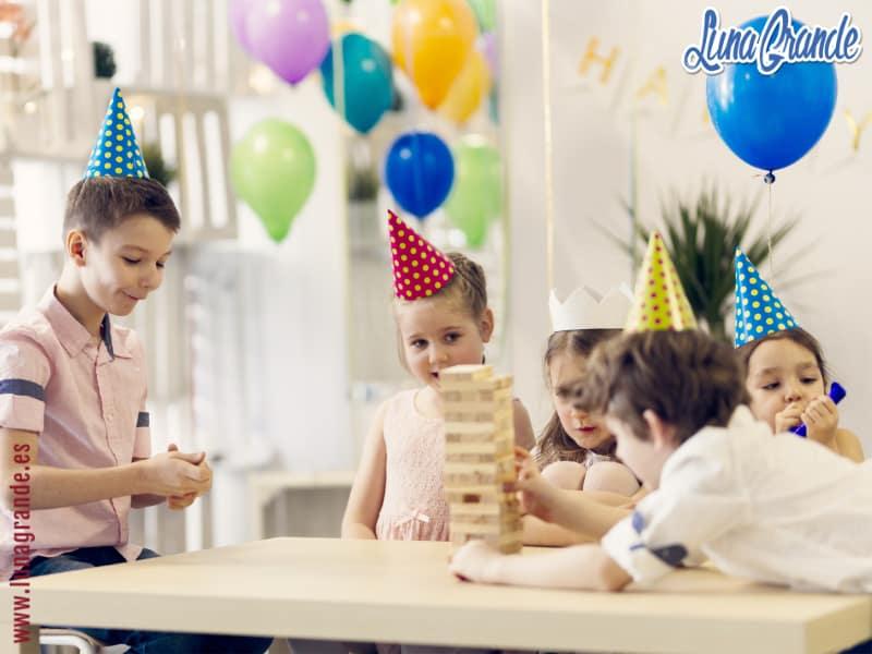 Niños jugando al jenka en un cumpleaños