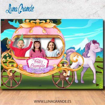 Niños y niñas es un photocall de cumpleaños con diseño de Carruaje con caballo