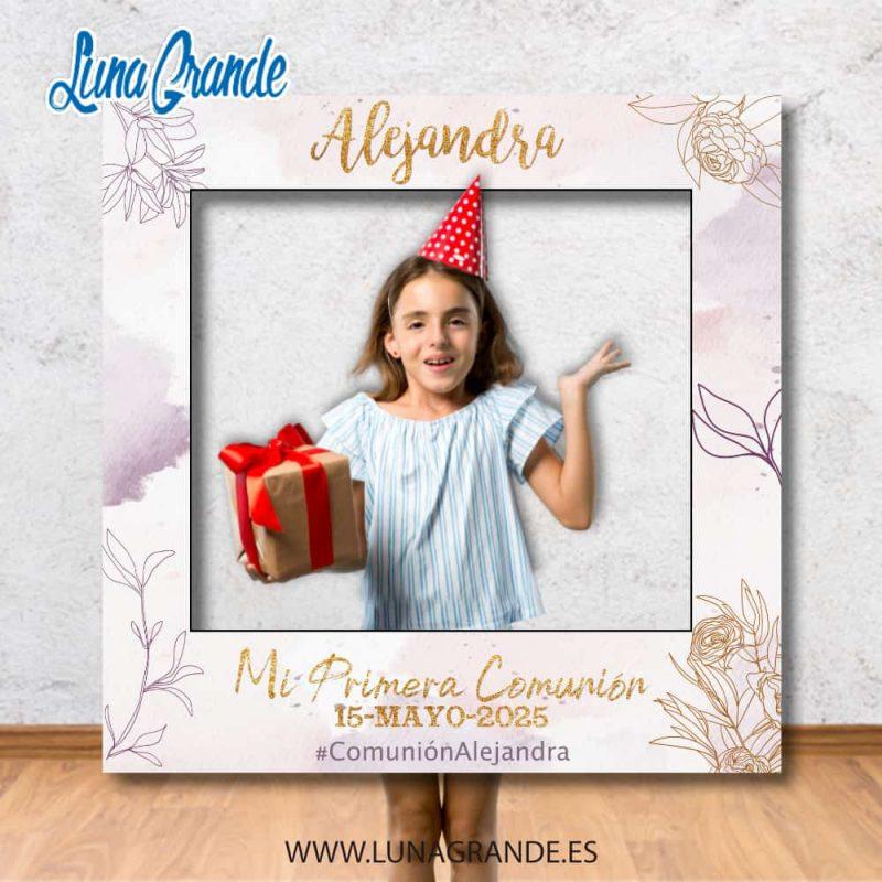 Niña posando en Photocall Marco de Primera Comunión