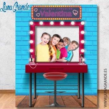 Niños posando en un photocall con el diseño del espejo de un camerino