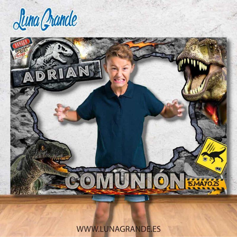 Niño posando en un marco photocall para comuniones de temática dinosaurios