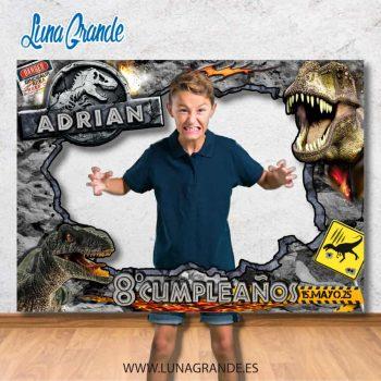 Niño posando en un marco photocall para Cumpleaños s de temática dinosaurios