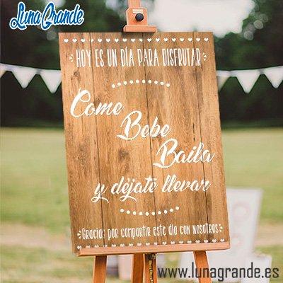 cartel de boda imitación madera Come Bebe Baila y déjate llevar
